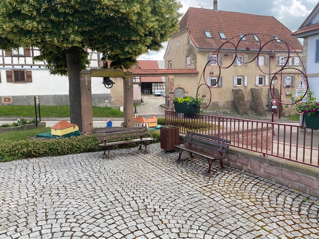Bancs devant la mairie de Kolbsheim